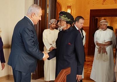 """W niedawnych wypowiedziach Hamas i Fatah ostro potępiły kraje arabskie za """"pęd"""" do normalizacji stosunków z Izraelem zanim zostanie rozwiązany konflikt izraelsko-palestyński. Na zdjęciu: izraelski premier Benjamin Netanjahu ściska dłoń sułtana Omanu, Kabusa ibn Saida podczas oficjalnej wizyty Netanjahu w Omanie, 26 października 2018 r. (Zdjęcie: Biuro premiera Izraela)"""