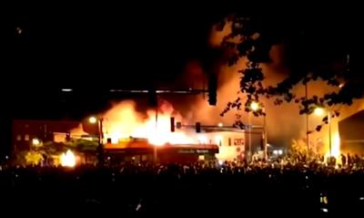 Pokojowe protesty w Minneapolis. 29 maja 2020. (Zrzut z ekranu z wideo).