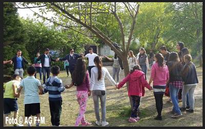 Zajęcia taneczne z Imigrantami. Rebecca Sommer po prawej