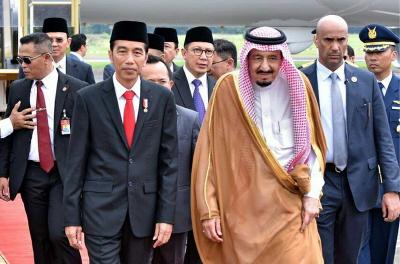 Prezydent Indonezji Joko Widodo (na pierwszym planie po lewej) spotyka króla Arabii Saudyjskiej Salmana (na pierwszym planie po prawej) na lotnisku Halim Perdanakusuma w Indonezji. (Zdjęcie: Indonesian Presidential Palace)