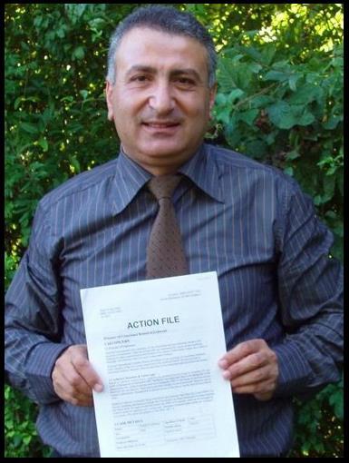 Al-Labwani w 2005, trzyma w ręku \