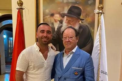 Izraelski piosenkarz Omer Adam i prezes żydowskiej społeczności w Dubaju, Solly Wolf, w Simchat Torah 2020(zdjęcie: COURTESY OF OFER MENACHEM COMMUNICATIONS AND PUBLIC RELATIONS)