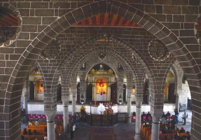 Chrześcijańscy Ormianie podczas mszy Wielkanocnej w kościele Surp Giragos w Diyarbakir w południowowschodniej Turcji w 2015 r. (zdjęcie: REUTERS)
