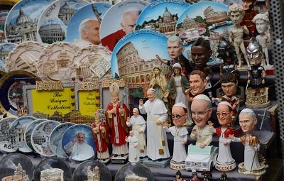 <span>Pamiątki sakralne sprzedawane w Watykanie przy placu św. Piotra. Foto: Radek Pietruszka/PAP</span>