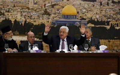 """Zdjęcie: Palestyński prezydent Mahmoud Abbas (drugi od prawej) przemawia podczas spotkania w mieście Ramallah na Zachodnim Brzegu 14 stycznia 2018 r. Abbas powiedział, że Izrael swoim działaniem """"zakończył"""" przełomowe porozumienie z Oslo z lat 1990. (AFP PHOTO / ABBAS MOMANI)"""