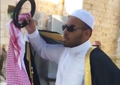 Moment, w którym Palestyńczycy zauważyli saudyjskiego blogera, Mohameda Sauda, w pobliżu meczetu Al-Aksa w Jerozolimie, pokazali mu, jak traktują swoich arabskich braci, obrzucając go obelgami i opluwając go. Co zrobił saudyjski gość, by zasłużyć na poniżenie i fizyczną napaść? Na zdjęciu: Mohamed Saud zasłania się przed Palestyńczykami plującymi na niego w Jerozolimie 22 lipca. (Zrzut z ekranu z wideo na Twitterze)
