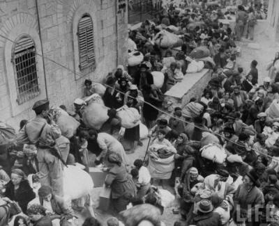 """Deportacja ocalałych Żydów z Jerozolimy wschodniej w 1948 roku. (""""Life"""": John Phillips)"""