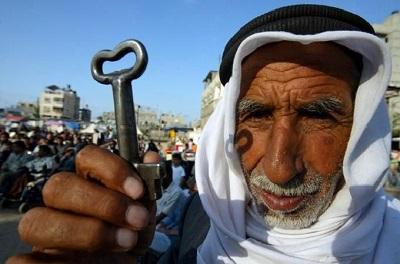 Palestyński uchodźca w Libanie trzyma klucz do swojego byłego domu w Izraelu. (Zdjęcie: Russia News Today )