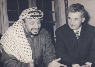 Jaser Arafat (po lewej) z przywódcą rumuńskim Nicolae Ceausescu podczas wizyty w Bukareszcie w 1974 r. (Zdjęcie: Romanian National History Museum)