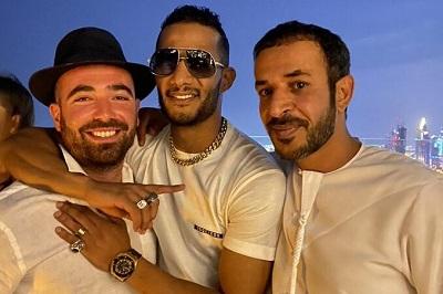 Mohamed Ramadan(w środku, Omar Adam po lewej, a po prawej dziennikarz ZEA, Hamad Al Mazrouel) Twitter.