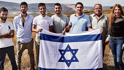 Poglądy członków delegacji nie są poglądami małej i wyalienowanej mniejszości. Sondaże pokazują, że 51 procent Arabów jest dumna z bycia Izraelczykami. (Pierwsza z prawej to Dima Tayeh, drugi to Bassam Eid, słynny palestyński dysydent, do którego żaden dziennikarz \