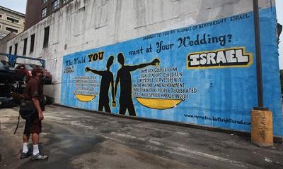 Mural w Nowym Jorku pokazujący różnicę między prawami gejów w Izraelu i w sąsiadujących z Izraelem arabskich krajach.