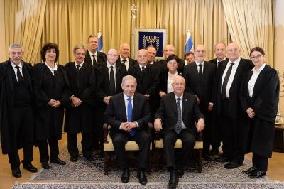 Arabowie w Izraelu mają dokładnie te same prawa jako obywatele, co Żydzi: mają partie polityczne, są posłami w Knesecie, są sędziami w sądach izraelskich, włącznie z Sądem Najwyższym. Na zdjęciu: sędziowie izraelskiego Sądu Najwyższego razem z premierem Netanjahu i prezydentem Rivlinem. Salim Joubran, izraelski Arab, sędzia Sądu Najwyższego, jest pośrodku w drugim rzędzie. (Zdjęcie: Biuro rzecznika Prezydenta Izraela)
