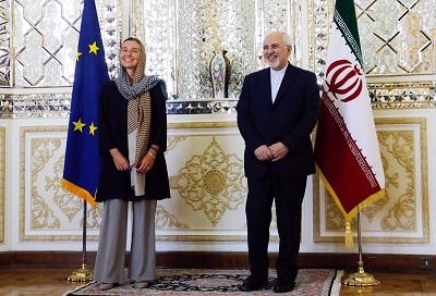 """Podczas gdy Iran nie wykazuje ani śladu złagodzenia swojej agresywnej postawy wobec USA i sojuszników w regionie, Europa kurczowo trzyma się ruin Wspólnego Wszechstronnego Planu Działania (JCPOA) w błędnym przekonaniu, że ta umowa pozostaje najlepszym sposobem powstrzymania Iranu przed produkcją broni nuklearnej. """"Technicznie wszystkie kroki, które zostały podjęte, i ubolewamy nad tym, że zostały podjęte, są odwracalne... Zapraszamy Iran, by wycofał się z tych kroków i powrócił do pełnego przestrzegania [umowy]"""" – powiedziała niedawno Federica Mogherini, szefowa polityki zagranicznej UE, ministrom spraw zagranicznych UE. Na zdjęciu: Mogherini (po lewej) stoi z irańskim ministrem spraw zagranicznych, Dżavadem Zarifem, podczas jej wizyty w Iranie w sierpniu 2017 roku. (Zdjęcie: European External Action Service/Flickr)"""