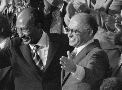 Powinniśmy czerpać inspirację i pójść w ślady Sadata, przywódcy arabskiego, który postawił śmiały krok ku pokojowi i osiągnął porozumienie pokojowe, które nawet rząd Bractwa Muzułmańskiego czuł się zmuszony honorować w 35 lat później. Na zdjęciu: Prezydent Egiptu Anwar Sadat (po lewej) i premier Izraela Menachem Begin (po prawej) podczas połączonej sesji Kongresu, na której prezydent USA, Jimmy Carter ogłosił wyniki Porozumienia z Camp David, 18 września 1978. (Zdjęcie: Warren K. Leffler/Library of Congress)