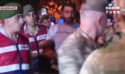 Turecka policja i żandarmeria przewożąca skutych oficerów oskarżonych o udział w przewrocie wojskowym z 15 lipca. (Zdjęcie: Haber Turk film, zrzut z ekranu)