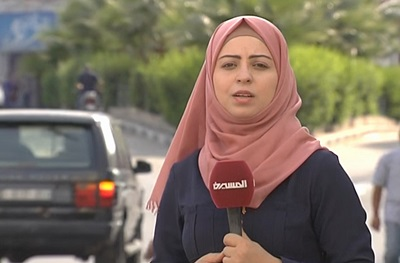 """Jeśli Hadżer Harb, dziennikarka palestyńska, wróci po wyleczeniu choroby nowotworowej do Gazy, zostanie aresztowana i posłana do więzienia na sześć miesięcy za """"przestępstwo"""" ujawnienia korupcji w systemie opieki zdrowotnej w Strefie Gazy. (Zrzut z ekranu Hager Press)"""