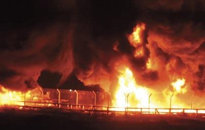 Bojówkarze Hamasu podpalili tysiące opon, tworząc zasłonę dymną, by ukryć swoje ruchy ku granicy Izraela. Bojówkarze z bronią ukrywają się w grupach cywilów, szukając okazji na przełamanie bariery granicznej i wdarcie się do Izraela. (Zdjęcie: HLMG/IDF)