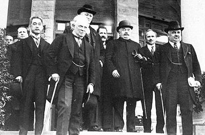 Spotkanie w San Remo. Od lewej: Matsui, Lloyd George, Curzon, Berthelot, Millerand, Scialoja, Nitti (Źródło:https://en.wikipedia.org/wiki/San_Remo_conference)