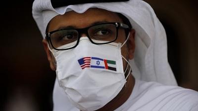 Reakcje mieszkańców ZEA na palestyńską kampanię podżegania przeciwko Zjednoczonym Emiratom Arabskim są kolejną oznaką rosnącego rozczarowania wielu obywateli Zatoki palestyńskimi przywódcami i palestyńską sprawą. Na zdjęciu: Przedstawiciel ZEA stoi obok samolotu pasażerskiego El Alu, w masce z trzema flagami, 31 sierpnia 2020. (Zdjęcie: Nir Elias)