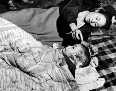 """""""Wszyscy uczą się obombach zrzuconych naHiroszimę iNagasaki podczas drugiej wojny światowej. Liczby zabitych sięgają setek tysięcy. Znacznie więcej ludzi umierało poźniej wskutek poparzeń inapromieniowania."""""""