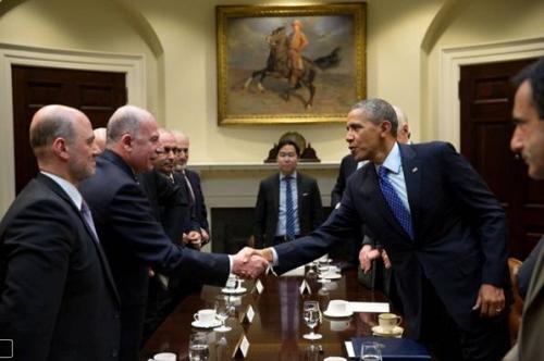 Prezydent Obama wielokrotnie przyjmował w Białym Domu przedstawicieli organizacji powiązanych z Bractwem Muzułmańskim i ekstremistycznym islamem, takich jak CAIR czy ISNA. Na zdjęciu wita się z Anasem Al-Tikritim, szefem Cordoba Foundation, uważanej za przykrywkę dla Bractwa w Wielkiej Brytanii. (zdjęcie: www.globalmbwatch.com)