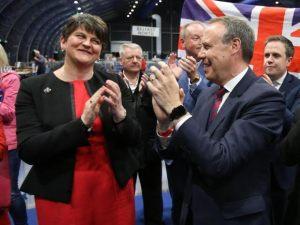 Prawdopodobna koalicja z Demokratyczną Partia Unionistyczną wprowadza konflikt w Irlandii Północnej z powrotem na czołówki gazet.
