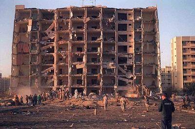 Na zdjęciu: Personel wojskowy USA i Arabii Saudyjskiej dokonuje inspekcji szkód w Khobar Towers w pobliżu Dhahran w Arabii Saudyjskiej po zamachu terrorystycznym na ten budynek 25 czerwca 1996 r. (Zdjęcie: Getty Images)