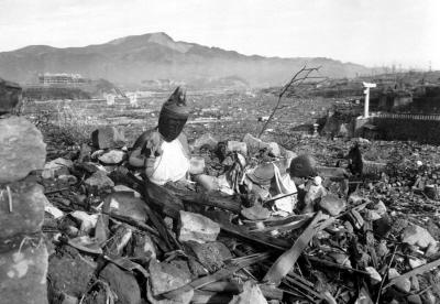 Zdjęcia z Syrii i Iraku przypominają kroniki filmowe z Japonii po Hiroszimie i Nagasaki. Zdjęcie powyżej: Nagasaki, Japonia, 24 września 1945, sześć tygodni po zniszczeniu miasta przez bombę atomową. (zdjęcie z: U.S. Marine Corps/Wikimedia Commons)