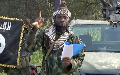 Abubakar Shekau, przywódca Boko Haram, mówi, że nie może zostać zaaresztowany, ponieważ wykonuje dzieło Boga i Bóg go osłoni. Shekau, w pół godzinnym wideo odpowiada na zapowiedź ujęcia go przez nigeryjską armię i przysięga, że będzie kontynuował wojnę przeciwko rządowi. (Zdjęcie: nigeryjskiThe Daily Times)