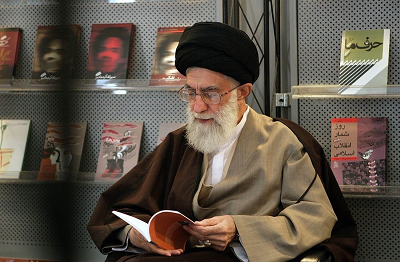 """""""Najwyższy Przewodnik"""" Iranu, Ali Chamenei, jest podobno doskonały we wszystkim. Pisał o islamskiej kuchni, metodologii zbudowania udanego małżeństwa, zniszczeniu Izraela, reformie nauk, nowej islamskiej cywilizacji, by zastąpiła starą, zachodnią, która jest w stanie rozkładu i o radykalnym przeorganizowaniu globalnego porządku. (Zdjęcie: khamenei.ir/Wikimedia Commons)"""