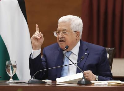 Prezydent Autonomii Palestyńskiej, Mahmoud Abbas, nie ma problem z mówieniem administracji Bidena i członkom Kongresu tego, co lubią słyszeć, żeby wyłudzać finansową pomoc z USA. Abbas weźmie pieniądze, a równocześnie jego siły bezpieczeństwa będą ścigać Palestyńczyków, którzy prowadzą interesy z Żydami.Na zdjęciu: Abbas przemawia na posiedzeniu kierownictwa palestyńskiego państwa 19 maja 2020r.