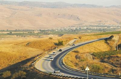 Pojazdy na drodze w Dolinie Jordanu (zdjęcie: AMMAR AWAD/REUTERS)