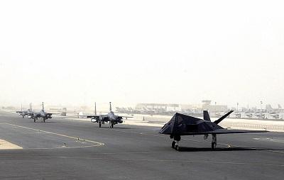 Na zdjęciu: F-117 i F-15 przygotowują się do wylotu z bazy lotniczej sił powietrznych USA w Al Udeid w Katarze. (Źródło: USAF/Wikimedia Commons)