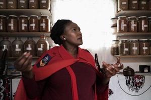 Phepsile Maseko, uzdrawiaczka i rzeczniczka Organizacji Tradycyjnych Uzdrawiaczy w Afryce Południowej pracuje w klinice w Soweto, na przedmieścoiu Johannesburga. (Zdjęcie AFP.)