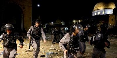 <span>Izraelska policja podczas starć z Palestyńczykami na Wzgórzu Świątynnym, gdzie mieści się meczet Al-Aksa na Starym Mieście Jerozolimy, 7 maja 2021. Zdjęcie: REUTERS/Ammar Awad.</span>