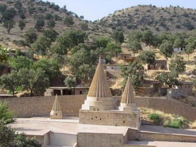 Nienaruszony przez ISIS, najświętszy grobowiec Jazydów szejka Adiego w Lalisz