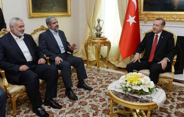 Prezydent Turecji (wówczas premier) Recep Tayyip Erdogan, po prawej, na spotkaniu z przywódcami Hamasu Chaledem Maszaalem (pośrodku) i Ismailem Haniją, 18 czerwca 2013 r. w Ankarze w Turcji. (Zdjęcie: Biuro prasowe premiera Turcji)