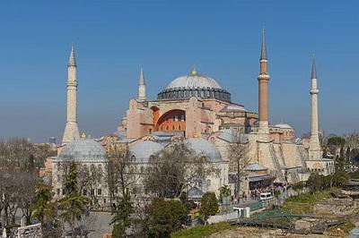 Miejsce na tegoroczne tureckie obchody rocznicy zdobycia Konstantynopola w 1453 roku nie zostało dobrane przypadkowo: była nim olśniewająca budowla katedry Hagia Sophia (na zdjęciu), zbudowana w szóstym wieku w Bizantyjskim Imperium jako punkt centralny jego stolicy. Prezydent Recep Tayyip Erdoğan osobiście upamiętnił to zdobycie islamską modlitwą w Hagia Sophia, która jest uznana przez UNESCO za miejsce dziedzictwa światowego. (Zdjęcie z Wikipedii)