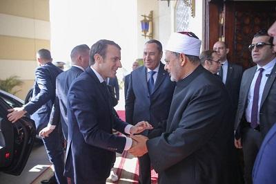 """Francuski prezydent Emmanuel Macron spotkał się z Wielkim Imamem egipskiego Uniwersytetu Al-Azhar, Ahmedem Al-Tayebem, i powiedział, że wszyscy francuscy imamowie powinni być szkoleni w religijnej instytucji Al-Azhar. Prezydent Francji prawdopodobnie poprosił o ten rodzaj szkolenia bez ustalenie, czy sam Al-Azhar jest radykalną organizacją, czy umiarkowaną. Na zdjęciu: Macron (po lewej) składa wizytę Tayebowi na Uniwersytecie Al-Azhar w Kairze, 29 stycznia 2019 roku. (Zdjęcie: """"Egipt Independent"""")"""