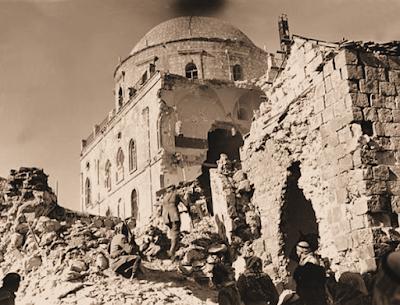 <span>Dowodzeni przez Brytyjczyków żołnierze Legionu Arabskiego, armii państwa Jordanii, przy słynnej synagodze - Tiferet Yisrael na Starym Mieście Jerozolimy tuż po zdobyciu i tuż przed całkowitym zniszczeniem synagogi.</span><br /><span>[</span>Wikipedia<span>]</span>