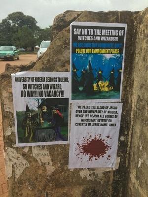 Plakaty wzywające do protestu przeciw naukowej dyskusji o przesądach czarnoksięstwa na University of Nigeria w Nsukka.