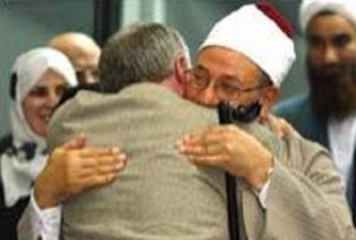 Ken Livingstone, notorycznie antysemicki burmistrz Londynu, obejmuje przywódcę Bractwa Muzułmańskiego, dra Jusufa Al-Karadawiego. Livingstone, burmistrz w latach 2000 – 2008, dwukrotnie zapraszał Karadawiego do Londynu, traktując go z wszelkimi honorami.