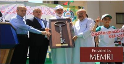 Ceremonia otwarcia obozów przed domem Isma'ila Haniji