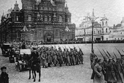 Oddziały bolszewickie maszerują na Placu Czerwonym w 1917 r.