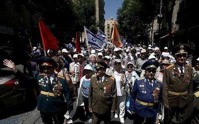 Izraelscy weterani II wojny światowej rosyjskiego pochodzenia biorą udział w paradzie w 71. rocznicę zwycięstwa Aliantów nad nazistowskimi Niemcami w Jerozolimie, 8 maja 2016 roku. Setki żydowskich weteranów armii alianckich, większość z byłego Związku Radzieckiego, oraz Izraelczycy wzięli udział w tej paradzie. / AFP PHOTO / GALI TIBBON