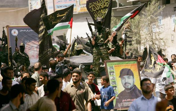 Na zdjęciu: członkowie Palestyńskiego Islamskiego Dżihadu na paradzie w mieście Gaza, 12 sierpnia 2005. (Zdjęcie: Spencer Platt/Getty Images)<br /> <br />