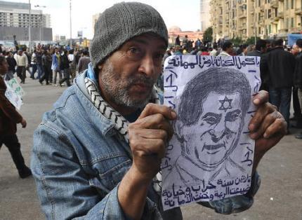 Egipcjanin demonstrujący z portetem Mubaraka, który ma gwiazdę Dawida na czole.