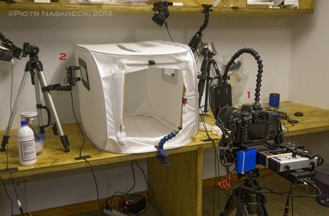 Zestaw studyjny do fotografowania nietoperzy w locie: (1) ultraszybka migawka Cognisys zamontowana na 100mm obiektywie Canon; (2) laser i czujnik promienia laserowego (identyczny, ale pionowo odwrócony zestaw jest zamontowany po przeciwnej stronie namiotu).