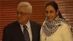 Uśmiechnięty przywódca palestyński Mahmoud Abbas w towarzystwie Amny Muna, terrorystki, która zwabiła 16-letniego Ofira Rahuma w pułapkę morderców w 2001 r.